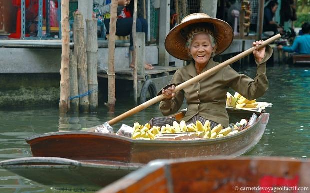 Femme portant le chapeau et la chemise caracteristique de la communaute paysanne